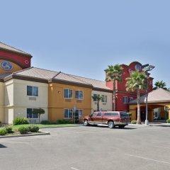 Отель Comfort Suites Tulare парковка