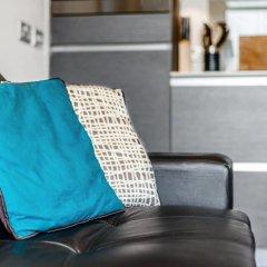 Апартаменты Lovely Studio W/balcony in Islington, 4 Guests сейф в номере