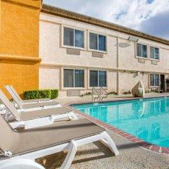 Отель Comfort Suites Tulare бассейн