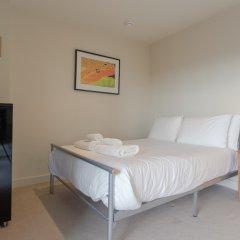 Отель Charming 2 Bedroom Apartment Next to Maltby Market Великобритания, Лондон - отзывы, цены и фото номеров - забронировать отель Charming 2 Bedroom Apartment Next to Maltby Market онлайн комната для гостей фото 5