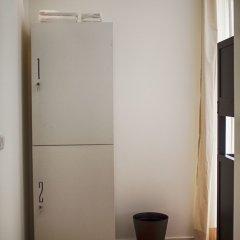 The Nook Hostel Понта-Делгада сейф в номере