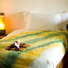 Отель The Kala сейф в номере
