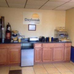 Отель Days Inn by Wyndham Great Bend США, Хойзингтон - отзывы, цены и фото номеров - забронировать отель Days Inn by Wyndham Great Bend онлайн гостиничный бар
