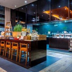 Отель Radisson Blu Hotel Zurich Airport Швейцария, Цюрих - 1 отзыв об отеле, цены и фото номеров - забронировать отель Radisson Blu Hotel Zurich Airport онлайн гостиничный бар