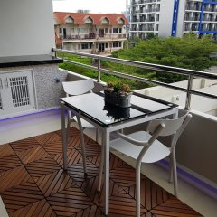 Апартаменты A Beautiful Studio Pool View Downtown Паттайя балкон