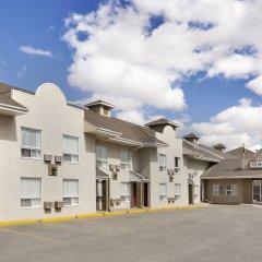 Отель Colonial Square Inn & Suites парковка