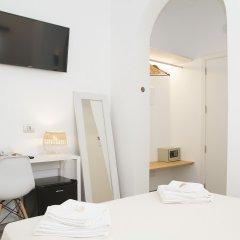 Hotel Romantic Los 5 Sentidos сейф в номере