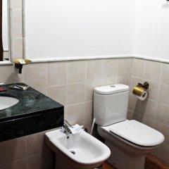 Отель Hostal Puerta De Arcos Испания, Аркос -де-ла-Фронтера - отзывы, цены и фото номеров - забронировать отель Hostal Puerta De Arcos онлайн ванная