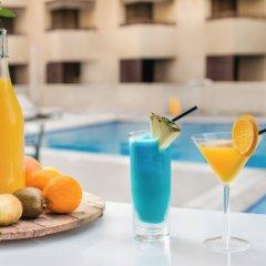 Отель Radisson Blu Hotel, Dubai Deira Creek ОАЭ, Дубай - 3 отзыва об отеле, цены и фото номеров - забронировать отель Radisson Blu Hotel, Dubai Deira Creek онлайн бассейн фото 2