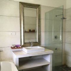 Отель Small House Boutique Guest House Шри-Ланка, Галле - отзывы, цены и фото номеров - забронировать отель Small House Boutique Guest House онлайн ванная