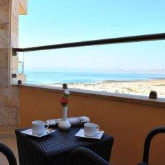 Отель Ramada Resort by Wyndham Dead Sea Иордания, Ма-Ин - 1 отзыв об отеле, цены и фото номеров - забронировать отель Ramada Resort by Wyndham Dead Sea онлайн балкон