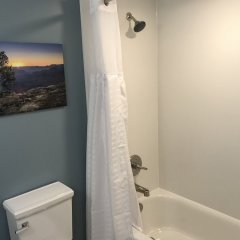 Отель Red Feather Lodge ванная