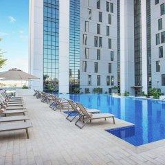 Отель Hampton by Hilton Dubai Airport ОАЭ, Дубай - 1 отзыв об отеле, цены и фото номеров - забронировать отель Hampton by Hilton Dubai Airport онлайн бассейн