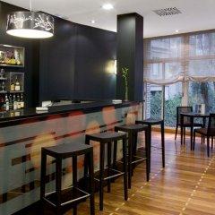 Отель H10 Puerta de Alcalá гостиничный бар фото 2