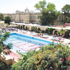 Отель Sprachcaffe International бассейн