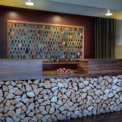The Redwood Riverwalk Hotel интерьер отеля