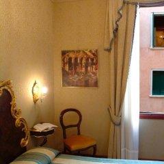 Hotel Ateneo сейф в номере