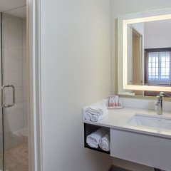Отель Ramada by Wyndham Culver City ванная фото 2