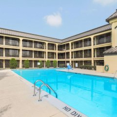 Отель Days Inn Newark Delaware бассейн