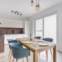 Апартаменты Brand New Designer Finished Apartment, Central Location Гзира комната для гостей фото 2