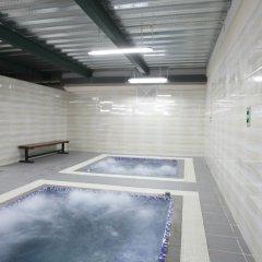 Отель Ninety Nine Center бассейн