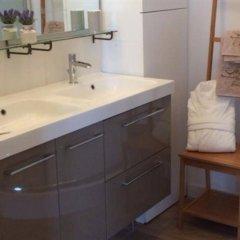 Отель La Maison Colline Франция, Сент-Эмильон - отзывы, цены и фото номеров - забронировать отель La Maison Colline онлайн ванная