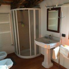 Отель Holiday House Petrarca Италия, Региональный парк Colli Euganei - отзывы, цены и фото номеров - забронировать отель Holiday House Petrarca онлайн ванная фото 2