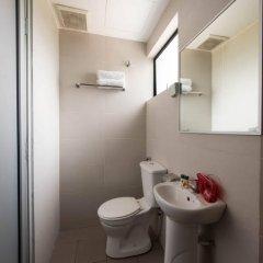 Отель OYO 152 Swiss Cottage Hotel Малайзия, Куала-Лумпур - отзывы, цены и фото номеров - забронировать отель OYO 152 Swiss Cottage Hotel онлайн ванная фото 2
