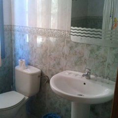 Отель Hostal Emilio Barajas Мадрид ванная фото 2