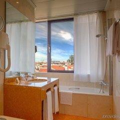 Отель Holiday Inn Lisbon Португалия, Лиссабон - 1 отзыв об отеле, цены и фото номеров - забронировать отель Holiday Inn Lisbon онлайн ванная