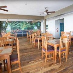Отель Travellers Beach Resort питание фото 3
