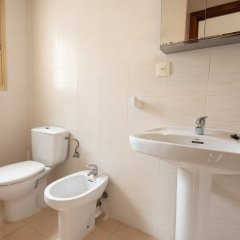 Отель Aparthotel Almonsa Platja Испания, Салоу - 6 отзывов об отеле, цены и фото номеров - забронировать отель Aparthotel Almonsa Platja онлайн ванная