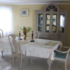 Отель Beachcomber Club Resort Ямайка, Саванна-Ла-Мар - отзывы, цены и фото номеров - забронировать отель Beachcomber Club Resort онлайн питание