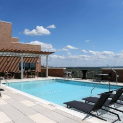 Отель Global Luxury Suites at Woodmont Triangle South бассейн