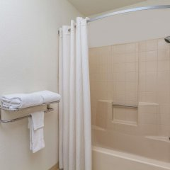 Отель Super 8 by Wyndham Lindsay Olive Tree ванная фото 2