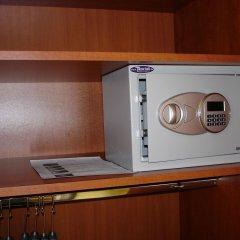 Hotel Charles Будапешт сейф в номере