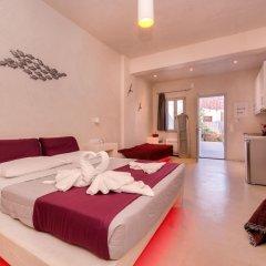 Отель The Muse Of Santorini - Jacuzzi Suites Греция, Остров Санторини - отзывы, цены и фото номеров - забронировать отель The Muse Of Santorini - Jacuzzi Suites онлайн комната для гостей фото 5