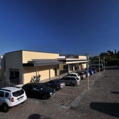 Отель Residenza Le Farfalle Манерба-дель-Гарда парковка