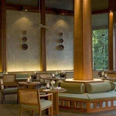 Отель The Surin Phuket гостиничный бар