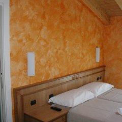 Отель Azzano Holidays Bed & Breakfast Меззегра сейф в номере