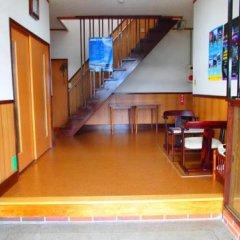Отель Guesthouse Fujizakura Яманакако гостиничный бар