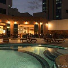 Отель Four Points by Sheraton Bur Dubai ОАЭ, Дубай - 1 отзыв об отеле, цены и фото номеров - забронировать отель Four Points by Sheraton Bur Dubai онлайн бассейн фото 2