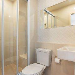 Отель THE BASE Downtown By Favstay Пхукет ванная