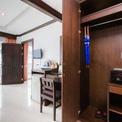 Отель Azure Bangla Phuket сейф в номере