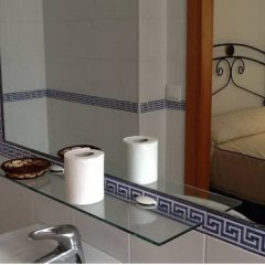 Отель Hostal Los Bateles Испания, Кониль-де-ла-Фронтера - отзывы, цены и фото номеров - забронировать отель Hostal Los Bateles онлайн ванная фото 2