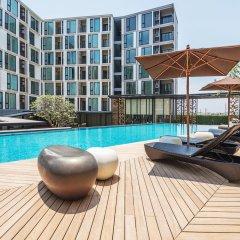 Отель THE BASE Uptown By Favstay Таиланд, Пхукет - отзывы, цены и фото номеров - забронировать отель THE BASE Uptown By Favstay онлайн бассейн