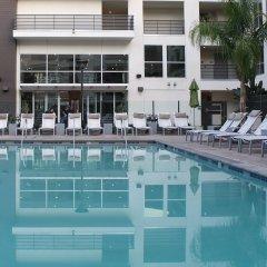 Отель Cosmopolitan Suites бассейн