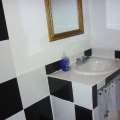 Отель East Bay Villas ванная фото 2