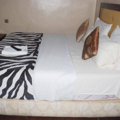 Отель Emglo Suites комната для гостей