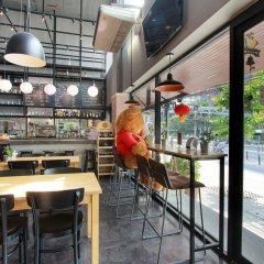 Отель D Varee Xpress Makkasan Бангкок гостиничный бар